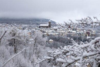 Schneebedeckt zeigt sich Annaberg-Buchholz am ersten Weihnachtsfeiertag.