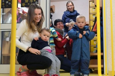 Praktikantin Michelle Rüdiger hilft den Kleinsten beim Anziehen. Im Dezember war die Hoffnung auf eine baldige Lösung des Platzproblems in der Kinderkrippe Weißenborn groß. Mit im Bild sind Erzieherin Berit Kosterlitzky und Leiterin Kirsten Schubert (h. v. l) .