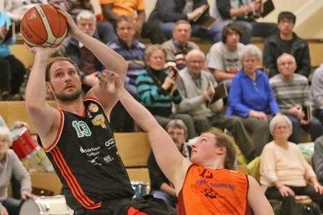 Nationalspieler Jan Gans (l.) war am Wochenende mit 44 Punkten der erfolgreichste Korbjäger des BSC Rollers Zwickau.