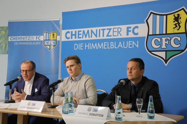 Pressekonferenz beim CFC: Insolvenzverwalter Klaus Siemon (links), Sportvorstand Thomas Sobotzik (rechts) und CFC-Pressesprecher Steffen Wunderlich.