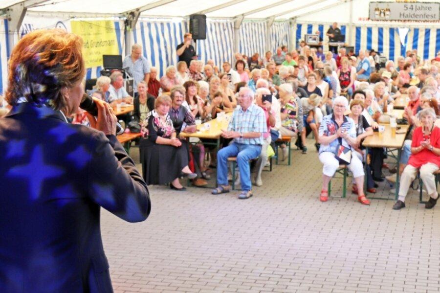Beim Auftritt des Schlagersängers Uwe Busse am Sonntag zum Abschluss des Haldenfestes in Brand-Erbisdorf war im Festzelt kaum noch ein Sitzplatz frei.