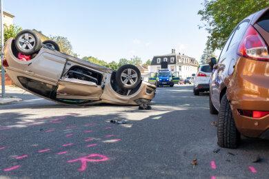 Der VW eines 84-Jährigen Vogtländers überschlug sich nach der Kollision mit einem Ford. Der Fahrer starb noch vor Ort.