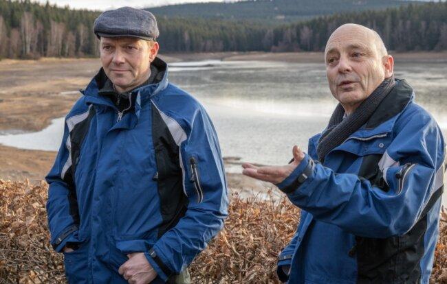 Sachsens Umweltminister Wolfram Günther (Grüne, links) hat sich am gestrigen Freitag selbst ein Bild an der Talsperre Cranzahl gemacht. Mit ihm dort: der Geschäftsführer der Landestalsperrenverwaltung Heinz Gräfe.