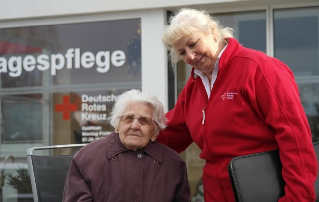 Margarete Drutschmann (l.) kommt seit Eröffnung der DRK-Tagespflege, die Elke Günther leitet, regelmäßig in die Einrichtung.