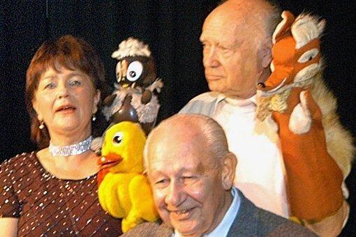 Henry Kaufmann (am Klavier) hinterließ viele Werke für Kinder und begleitete unter anderem den Showexpress musikalisch, wie hier im Foto zu sehen.