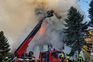 Dieses Wohnhaus an der Dorfstraße in Zethau war am Samstag in Brand geraten.