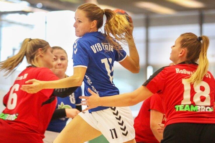 Nicht zu stoppen: Alexandra Veit, hier beim 28:15-Sieg gegen Roßwein, führt mit den Flöhaer Handballerinnen die Bezirksklassean.