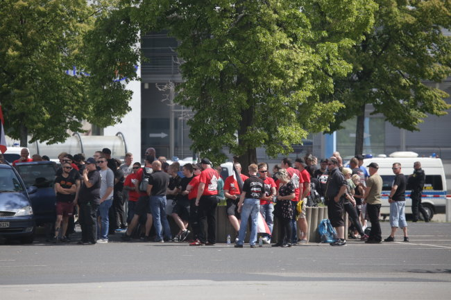 Bei der Kundgebung der Rechten werden etwa 270 Teilnehmer gezählt.