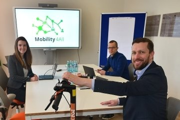 """Vivien Lorenz, René Härtel und Alexander Knauer (v. l.) wollen mit """"Mobility4All"""" die Ausleihe von E-Scootern, E-Bikes und E-Autos per App in Mittweida etablieren."""