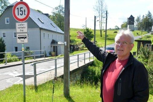 Die Brücke in Friedebach in Richtung Kreuztanne wird von schweren Holztransportern genutzt. Stadtrat Michael Meyer forderte jüngst, die Fahrer zur Rechenschaft zu ziehen.