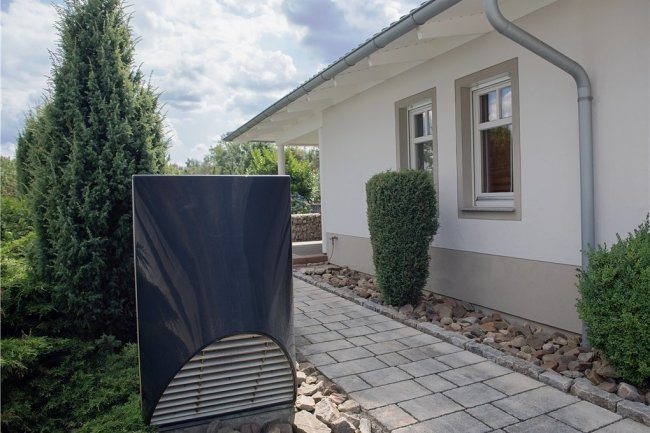 Da der Geräuschpegel hoch sein könnte, sollte eine Luft-Wasser-Wärmepumpe nicht gerade neben dem Schlafzimmerfenster installiert werden.