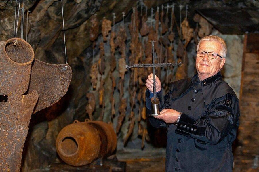 """Bergknappe Gert Müller in """"seinem"""" Luftschutzmuseum. Der 74-Jährige wird im Herbst zum Plauener Ehrenbürger ernannt - die höchste Auszeichnung der Stadt."""