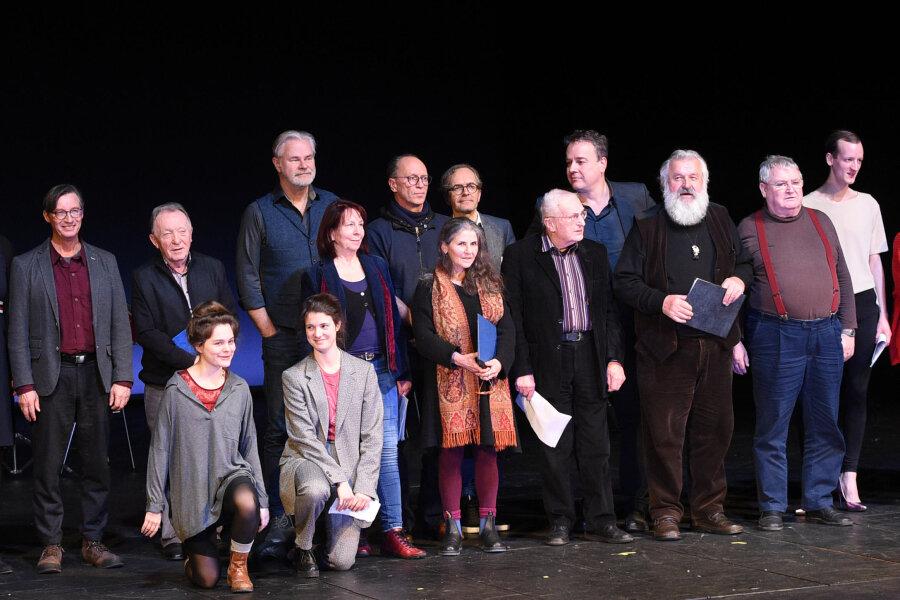 Ehemalige und aktuelle Schauspielerinnen, Schauspieler, Regisseure und Intendanten des Chemnitzer Theaters standen am Freitag im Schauspielhaus auf der Bühne.