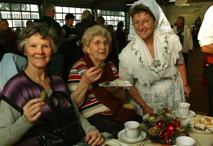 """<p class=""""artikelinhalt"""">In einem Spreewaldkahn haben zur Zschopauer Reisemesse die Chemnitzerinnen Renate Weißmann (links) und Ingeborg Zimmer Gurken verkostet. In der Spreewaldtracht: Sylvia Buchan.</p>"""