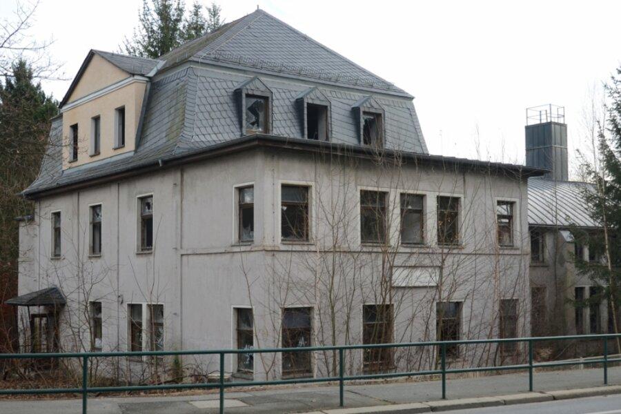 """1913 als Gebäude eines Reitsportvereins gebaut, wurde es später als Kinderheim """"Sonnenland"""" genutzt. Zuletzt stand das Haus an der B 169 am Ortsausgang Rodewisch jahrelang leer und verfiel."""