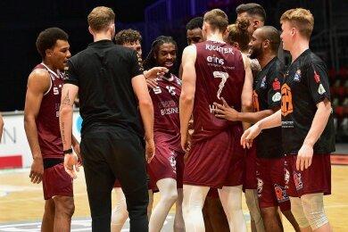 Der Held wird gefeiert: Matchwinner Marcus Thornton (4. von links) und die Niners nach dem Hamburg-Spiel. Wären Fans in der Halle gewesen, sie hätten ihn über mehrere Ehrenrunden getragen.