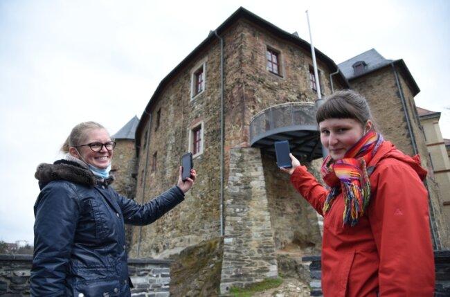 """""""Freie Presse""""-Mitarbeiterin Nicole Tußler (links) und Martha Neupert (rechts), Museumspädagogin auf Schloss Voigtsberg, testen die interaktive Schnitzeljagd mit ihrem Smartphones."""