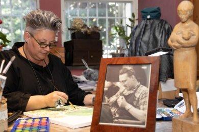 Kathrin Haase, selbst vielfältig kreativ tätig, erinnert bei der Schaufensterausstellung an ihren Großvater Egon Rehm, den langjährigen Leiter der Schnitzschule in Annaberg-Buchholz.