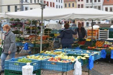 Markttag in Freiberg: Der Obst- und Gemüsestand von Uwe Weikert (r.) und Ute Winkler (M.) ist eine feste Größe auf dem Obermarkt.