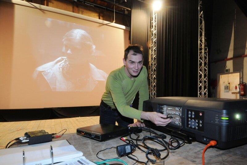 """Im Großen Saal der Stadthalle zeigte Andreas Osse, Betreiber des Autokinos an der Koberbachtalsperre, den Film """"Uranberg"""". Er wird mit einem leistungsstarken Projektor von hinten an die Leinwand gestrahlt."""