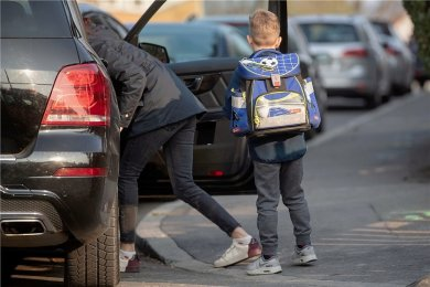 Mal schnell im Kreuzungsbereich parken, um das Kind rauszulassen? Keine Seltenheit vor Sachsens Schulen.