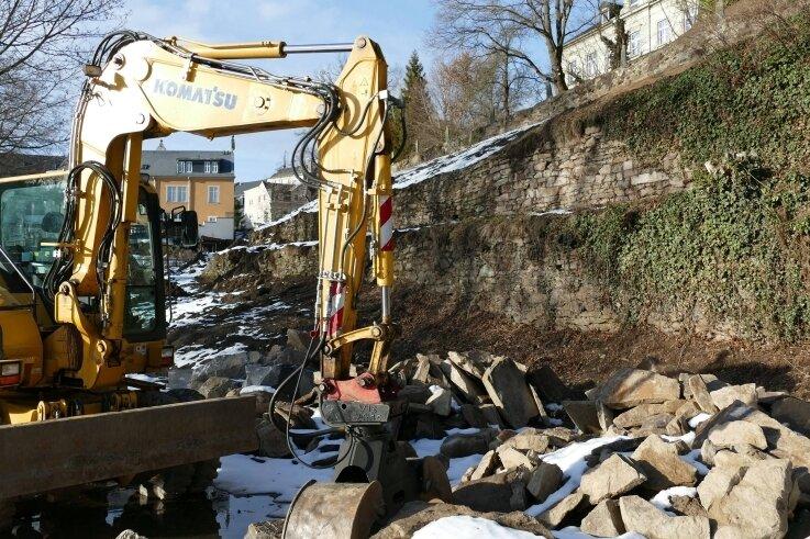 Eine von vielen Investitionen in Zschopau: Der Bagger steht schon bereit, um am Seminargarten weitere Bodenarbeiten vorzunehmen.