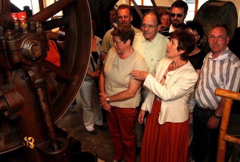 Brigitte Fiedler (vorn) vom Heimat- und Mühlenverein Pockau führte die Besucher zum Mühlentag durch den alten und den neuen Teil der Pockauer Ölmühle.