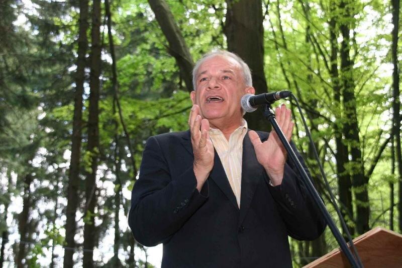 """<p class=""""artikelinhalt"""">""""Verpassen Sie nicht den Zug zum ewigen Leben"""", gab Fernsehmoderator und Buchautor Peter Hahne den Besuchern der Waldandacht in Stützengrün mit auf den Weg. </p>"""