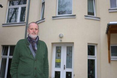 Hartmut Denkewitz vor dem Haus des Diakonischen Werkes Stadtmission Plauen und der Notunterkunft für Menschen ohne Obdach.