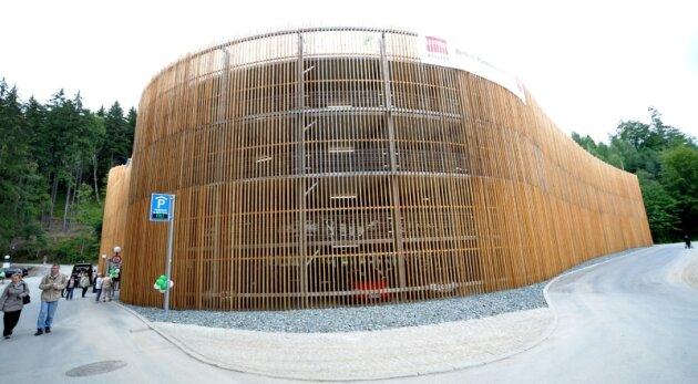 So präsentiert sich das neue Parkhaus in Bad Elster von der Zufahrt aus. Die Fassade aus geräuchertem Lärchenholz dient als Blickfang. Für die Verwendung von Holz gab es eine Ausnahmegenehmigung, da eigentlich kein brennbares Material an Parkhäusern verbaut werden darf.