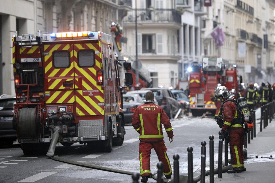 Feuerwehrleute Arbeiten nach der Explosion in einer Bäckerei in der Rue de Traverse. In einer Bäckerei im Zentrum von Paris hat es am Morgen eine Explosion gegeben.