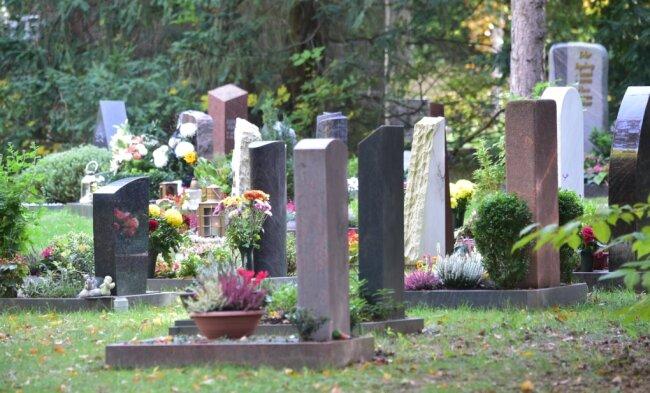 Gräber auf dem Friedhof an der Reichenhainer Straße. Dort war auch der Angeklagte tätig. Er hatte zusammen mit einem Kollegen vor zwei Jahren ein Grab für eine verstorbene Frau angelegt. Doch dabei gab es Probleme.