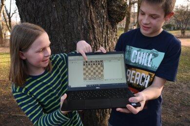 Die Geschwister Clara und Lorenz Mehner spielen beide Schach für die USG Chemnitz. Derzeit ist das nur bei Online-Turnieren möglich - doch dort sind beide sehr erfolgreich.