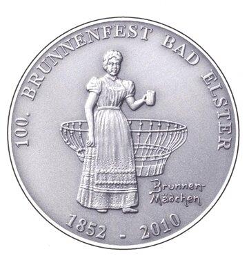 Das Brunnenmädchen ziert die Medaille zum 100. Brunnenfest Bad Elster. Helmut Schneider