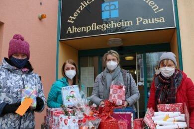 Katrin Löwe (links) und Ute Arnold (rechts) vom Pausaer Heimatverein übergaben am Montag Leiterin Birgit Ehrhardt (2. von rechts) und Eileen Warketin nachträglich Weihnachtsgeschenke für die Bewohner des Seniorenheims.47 Päckchen wurden gepackt.