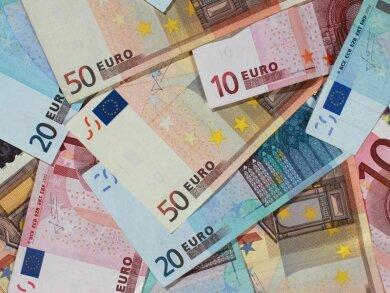 Banknoten von 50, 20 und 10 Euro liegen auf einem Tisch.