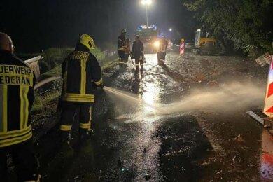 Die Freiwillige Feuerwehr Oederan war am Freitag zwischen 20.20 und 23.30 Uhr mit 14 Kräften und drei Fahrzeugen ausgerückt, um Straßen wieder befahrbar zu machen und Betroffene mit Sandsäcken auszustatten.