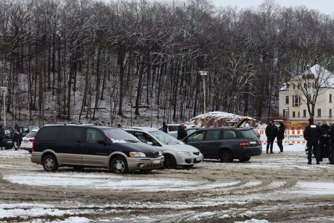 Auf dem Platz der Solidarität in Werdau nahmen Polizisten (rechts) am Samstag die Personalien von Teilnehmern einer Versammlung auf. Anschließend führte ein Autokorso nach Zwickau.