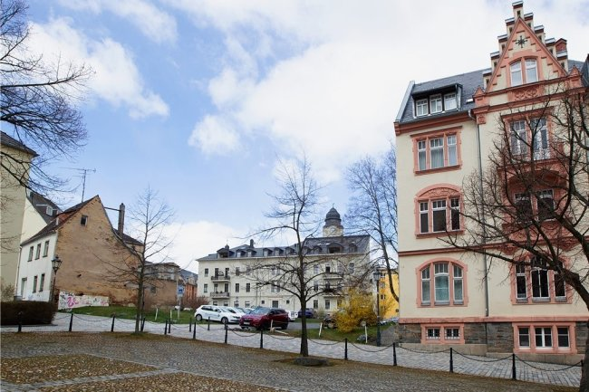 """Blick von der Johanniskirche über den gleichnamigen Platz auf jene Lücke, in die hinein das """"Haus der Kirche und Diakonie"""" platziert werden soll. Rechts das Pfarramt mit der Superintendentur."""