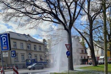 Mehrere Meter hoch ist am Mittwoch Wasser aus einem Hydranten geschossen.