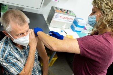 Bernd Seifert (61) aus Auerbach lässt sich mit Biontech von Babette Singer impfen.