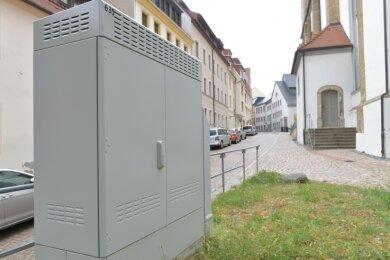 In Freiberg gibt es laut Telekom an 59 Standorten Schaltschränke für schnelles Internet - hier an der Nikolaikirche in Freiberg.
