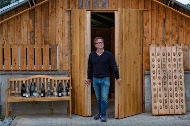 Jacques du Preez vor seiner Sektmanufaktur - einem alten Gewächshaus. Er stellt Sekt nach der Champagner-Methode her.
