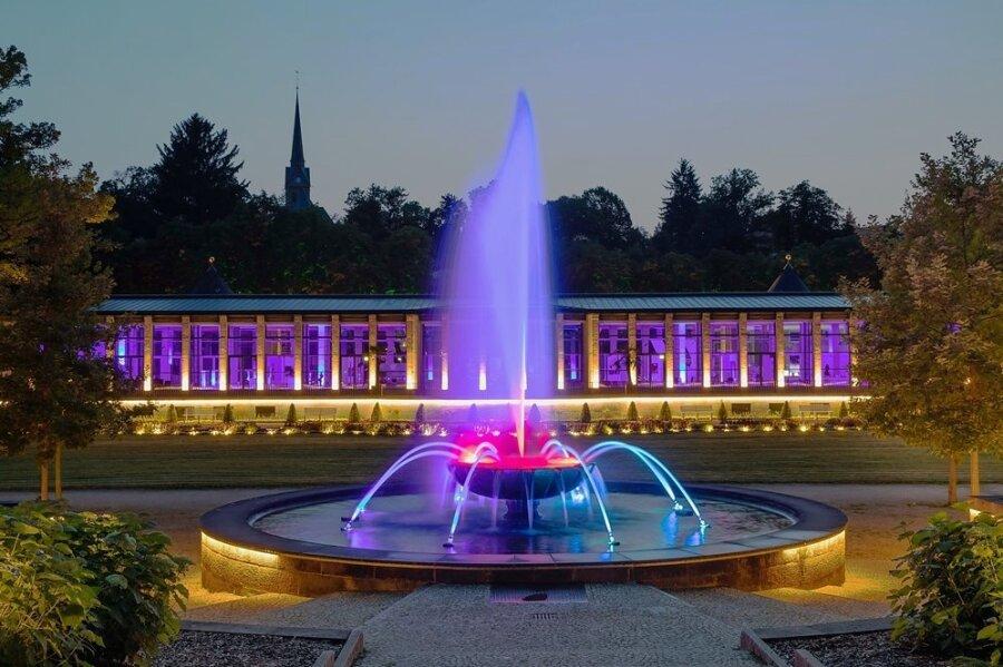 Gebäude wie die Kunstwandelhalle (im Bild), Wasserspiele und Parkanlagen wurden mit moderner Technik illuminiert.