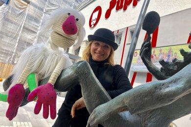 Direktorin Monika Gerboc vor dem sanierten Puppentheater in Zwickau.