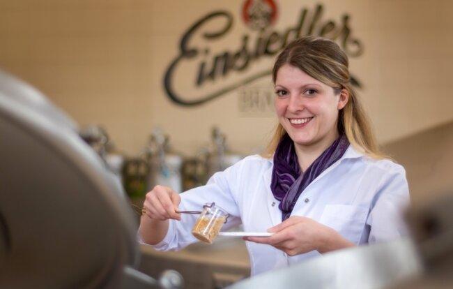 Marie-Luise Mauersberger ist bei der Einsiedler Brauerei für die Qualitätssicherung zuständig. Zu ihren Aufgaben gehört auch, die Produktqualität während des Herstellungsprozesses zu begleiten.