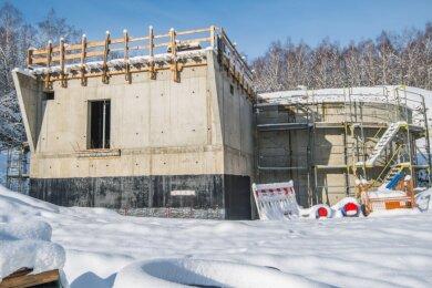 Momentan ruht der Bau eines neuen Hochbehälters am Dittersdorfer Weg oberhalb des Helios Klinikums in Aue. In diesem Jahr sollen die zwei Kammern mit jeweils 600 Kubikmetern Fassungsvermögen fertig werden.