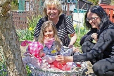 """Susann Lasch (rechts) fühlt sich mit ihren Töchtern Maila (links) und Penny in ihrem Garten in der Anlage """"Erholung"""" in Stenn sehr wohl. Öfter kommt auch Oma Ingrid zu Besuch."""