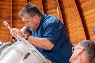Dienstagvormittag in Rodewisch: Sternwartenleiter Olaf Graf (links) und Hausmeister Frank Stendel demontieren das fast 70 Jahre alte Teleskop.