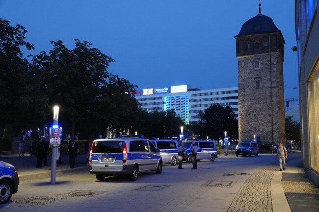 Sechs Polizeiwagen waren am Samstagabend am Stadthallenpark im Einsatz.